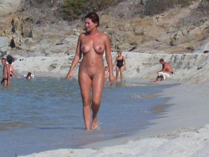 Hommes nus sur la plage